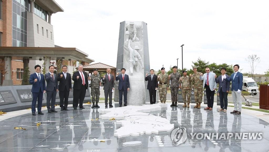 韩美同盟雕塑揭幕仪式 韩联社/国防部供图(图片严禁转载复制)