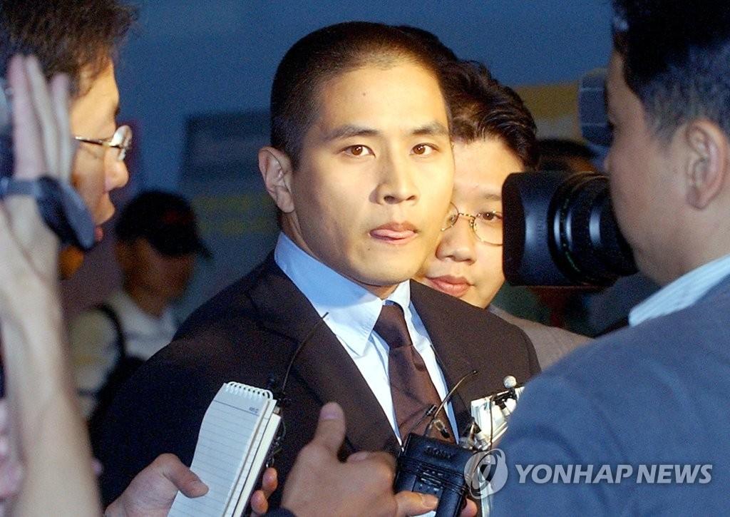 资料图片:2003年6月26日,在仁川机场,刘承俊为参加未婚妻父亲葬礼而入境。当时韩国政府临时解除对他的入境禁令。 韩联社