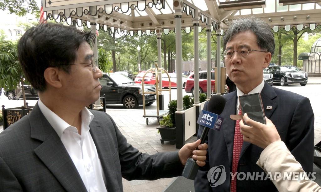 当地时间7月11日,在华盛顿一家酒店门口,金铉宗答记者问。 韩联社