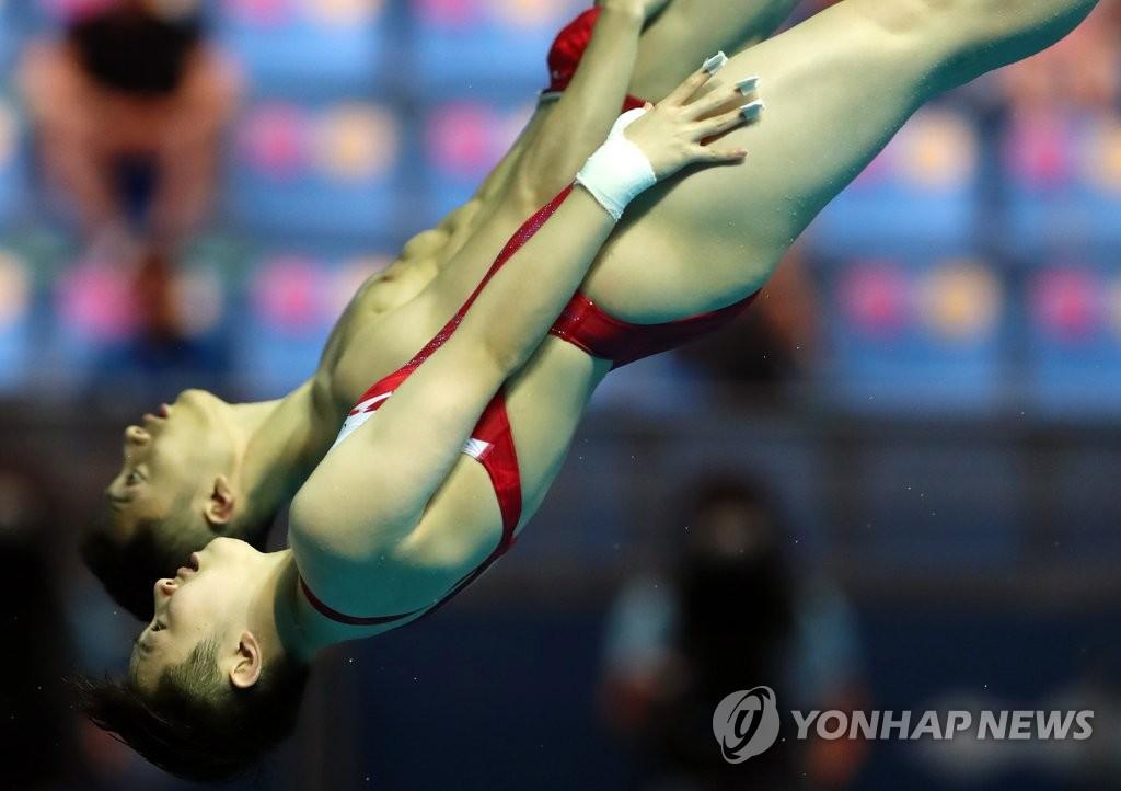 练俊杰/司雅杰在进行男女混合双人十米跳台的角逐。 韩联社