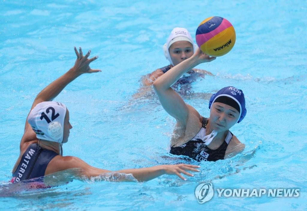 7月14日,在与匈牙利队进行的2019世界游泳锦标赛女子水球小组赛B组第一轮比赛中,韩国队员在传球。 韩联社