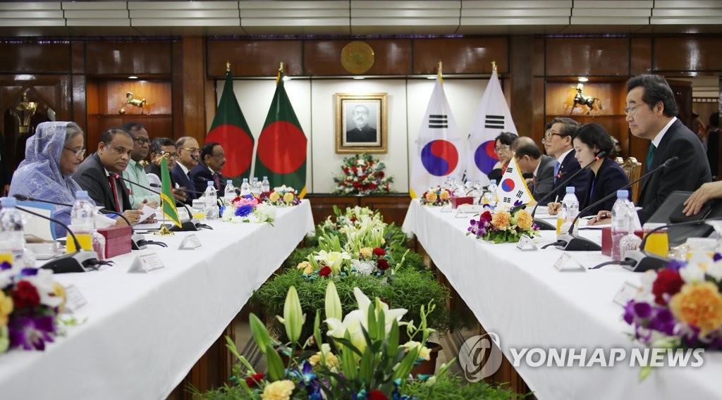 当地时间7月14日,在孟加拉国达卡,李洛渊(右一)和哈西娜举行扩大会谈。 韩联社