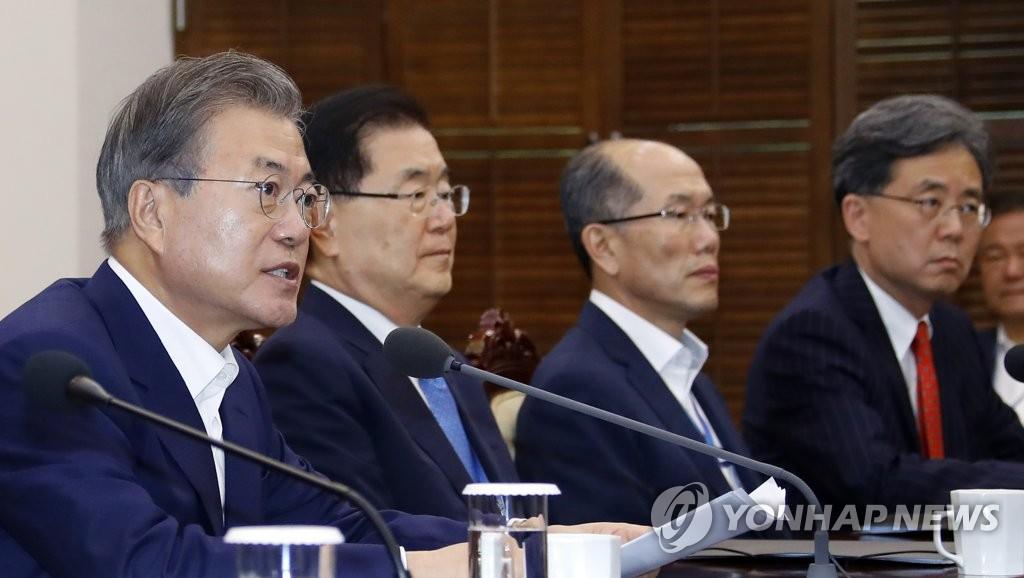 资料图片:7月15日,在青瓦台,文在寅(左一)主持召开幕僚会议。 韩联社