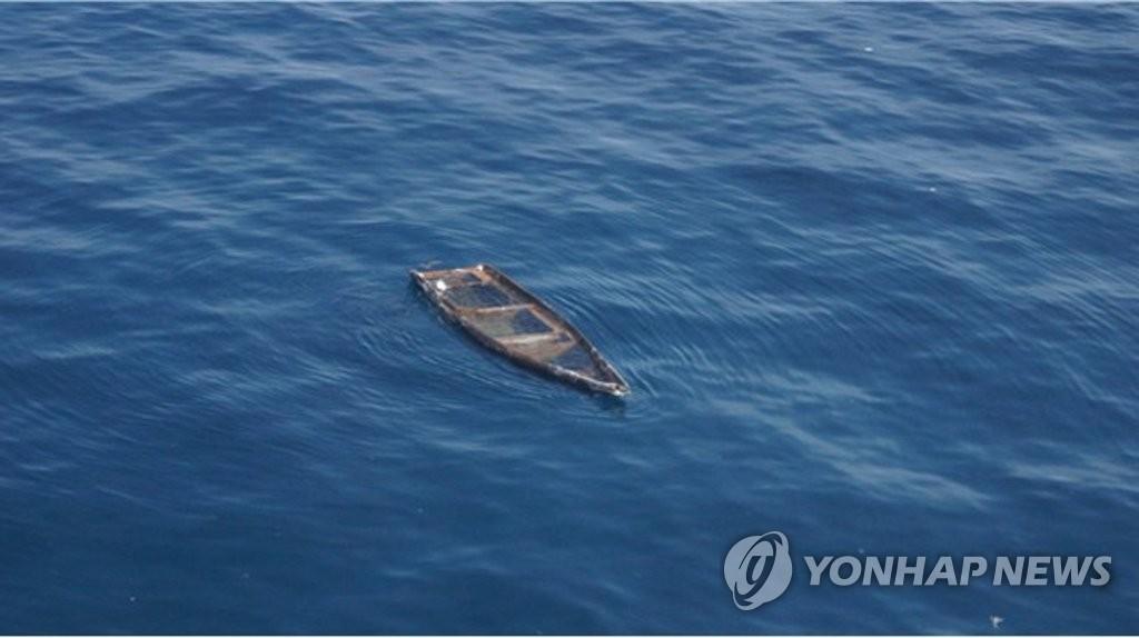 资料图片:朝鲜无人小木船 韩联社/联合参谋本部供图(图片严禁转载复制)