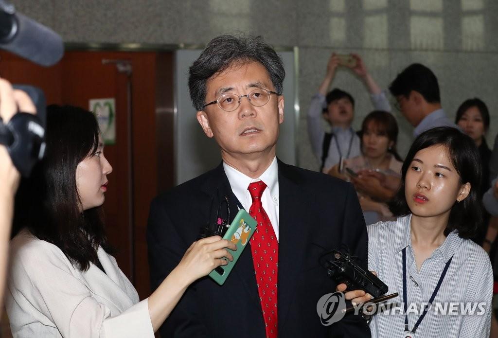 7月17日,在韩国外交部,金铉宗(中)会见史迪威后接受媒体采访。 韩联社