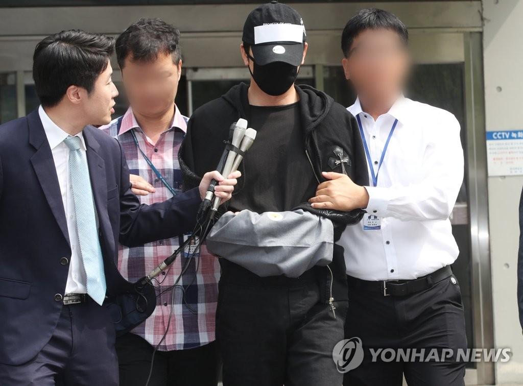 7月18日上午,在京畿道盆唐警察署,姜志焕被移交检方。 韩联社