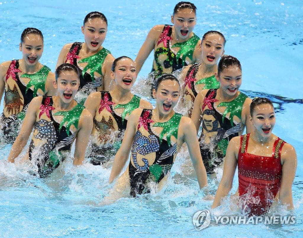 7月18日,在2019世游赛艺术游泳集体自由组合项目预赛中,韩国队进行表演。 韩联社