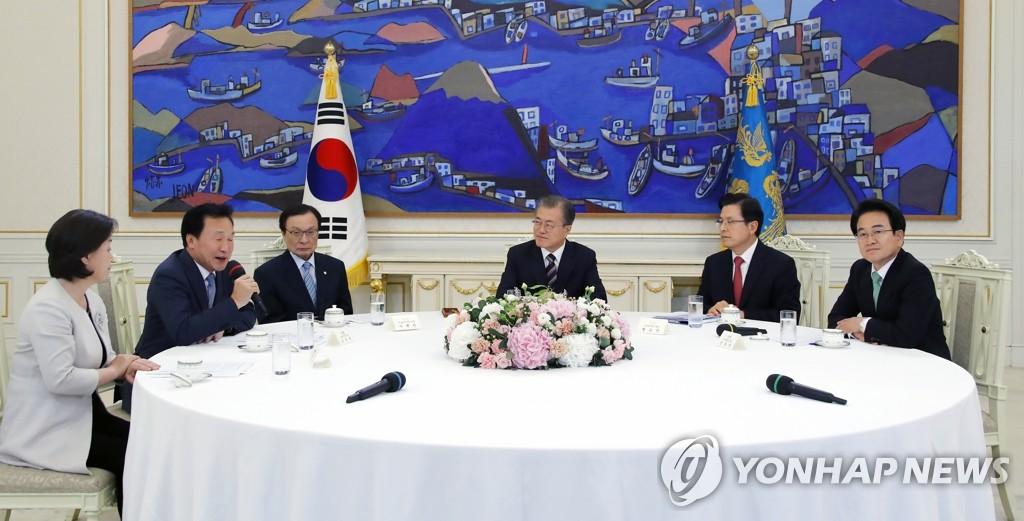 7月18日,在青瓦台,韩国总统文在寅(右三)会见朝野五党党首。图为正未来党党首孙鹤圭(左二)发言。 韩联社