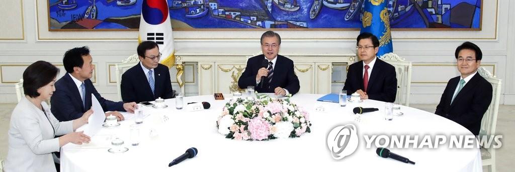 7月18日,在青瓦台,韩国总统文在寅(右三)会见朝野五党党首。 韩联社