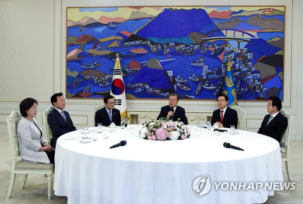 文在寅(右三)与朝野五党党首会面。 韩联社