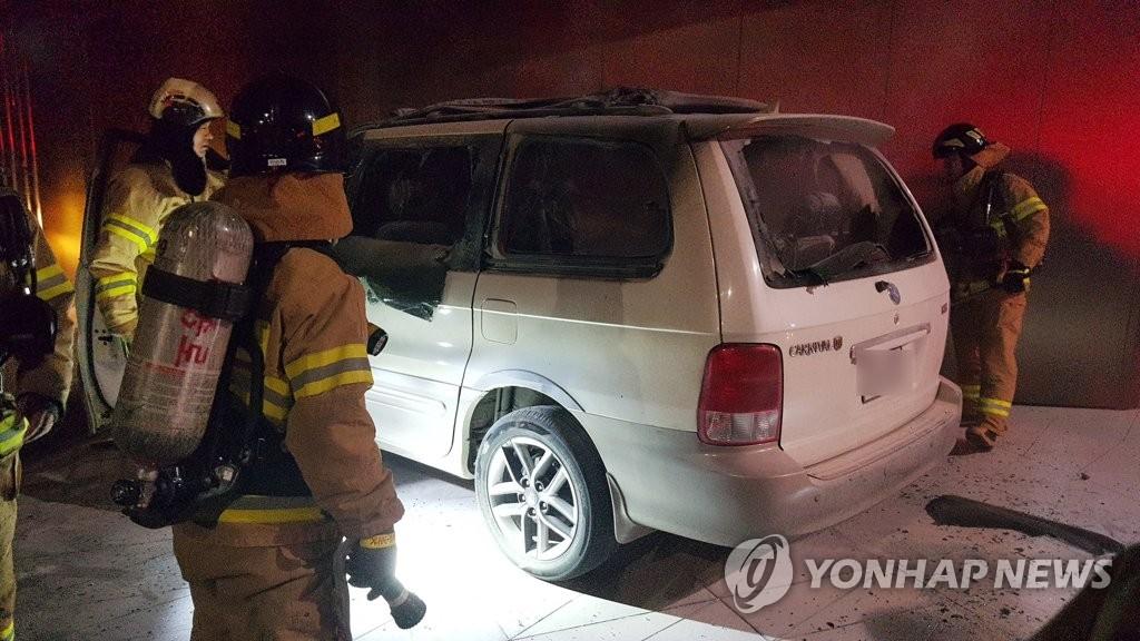 资料图片:7月19日,韩国男子金某驾车至首尔日本驻韩大使馆所在大楼前并在车内引燃易燃物,导致身亡。 韩联社/钟路消防署供图(图片严禁转载复制)