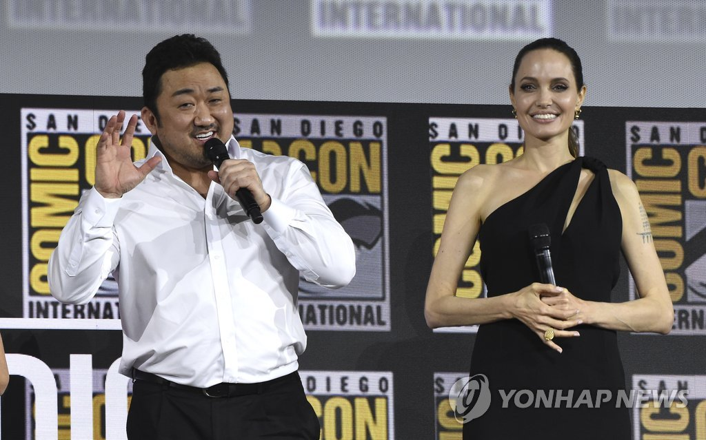 马东锡(左)与好莱坞影星安吉丽娜·朱莉亮相圣迭戈国际动漫展 韩联社/美联社(图片严禁转载复制)