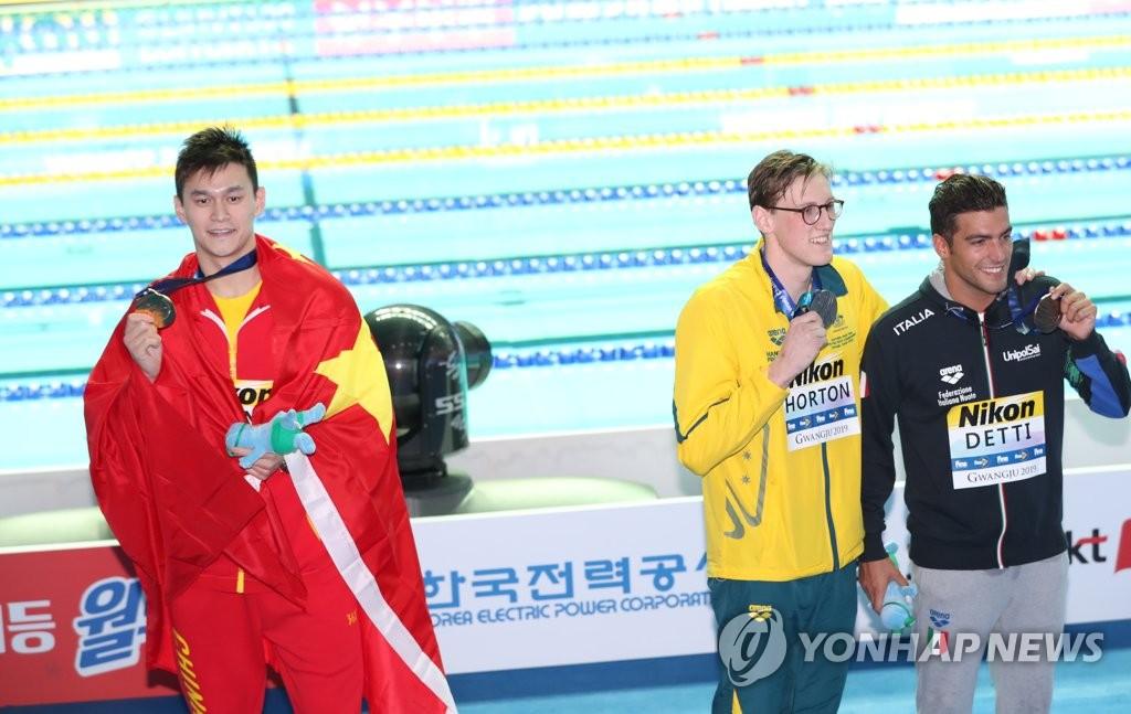 霍顿(右二)拒与孙杨合影。 韩联社