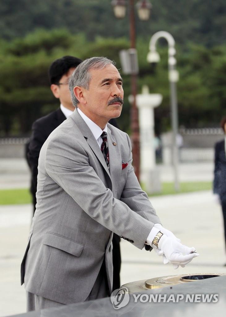 哈里斯为五一八民主运动牺牲者焚香默哀。 韩联社