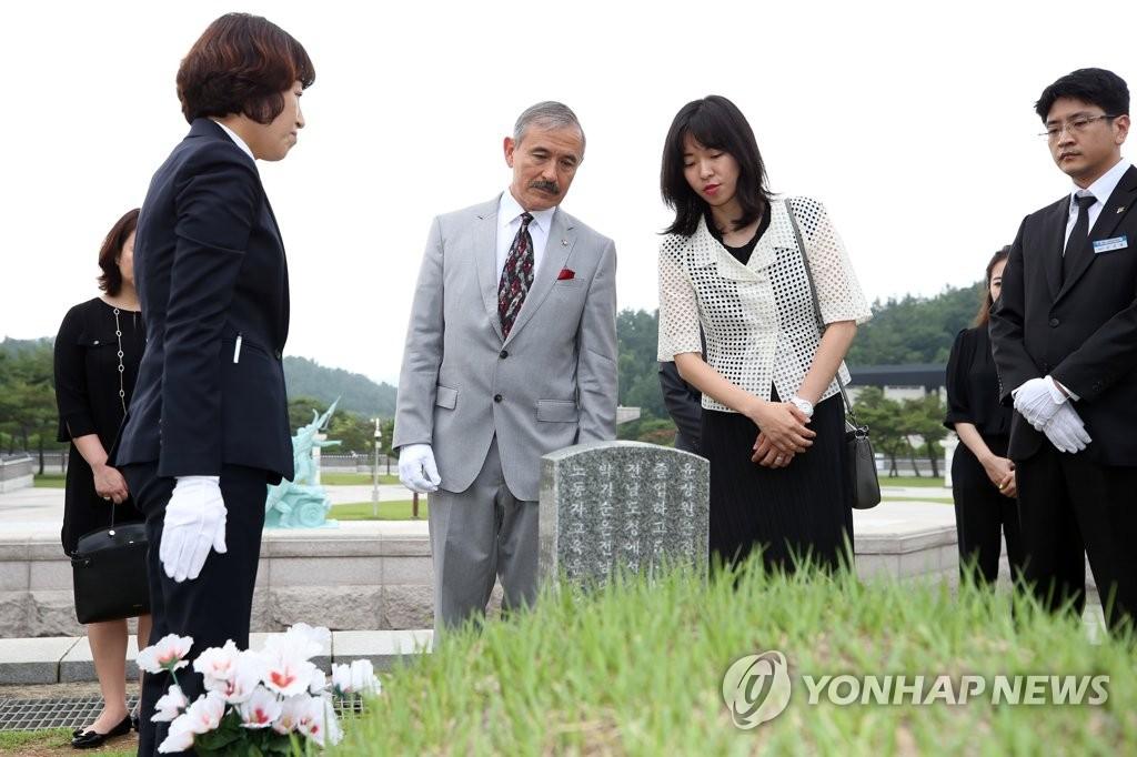 美国驻韩大使参谒光州五一八民运国家公墓