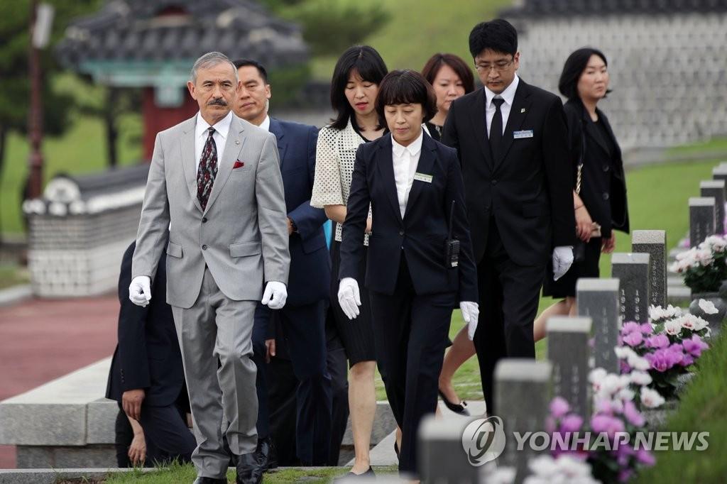 哈里斯参谒五一八民运国家公墓。 韩联社