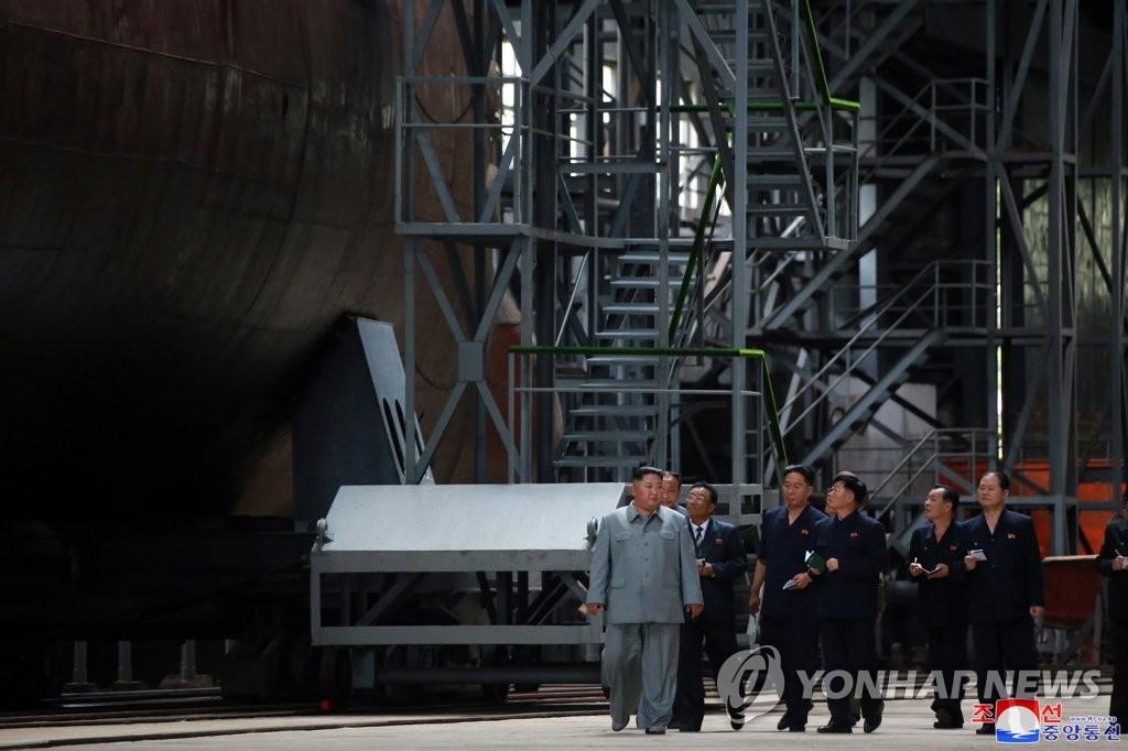 据朝中社7月23日报道,朝鲜国务委员会委员长金正恩参观了朝鲜新建造的潜艇。 韩联社/朝中社(图片仅限韩国国内使用,严禁转载复制)