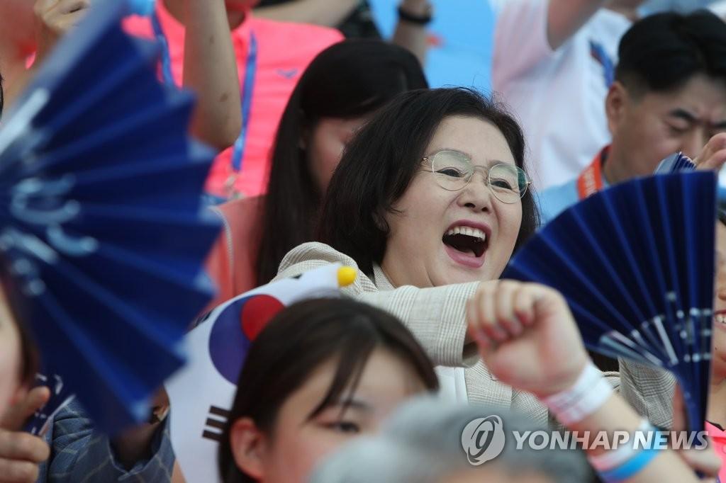 韩国第一夫人金正淑现场观赛。 韩联社