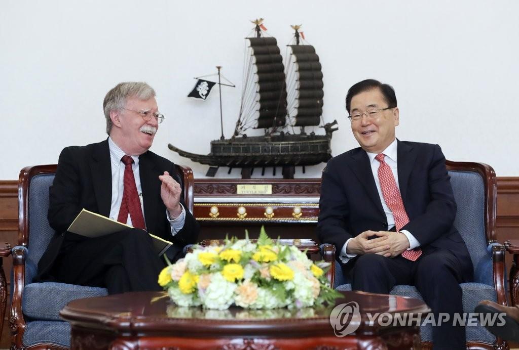 7月24日,在青瓦台,郑义溶(右)和博尔顿正在交谈。 韩联社/青瓦台供图(图片严禁转载复制)