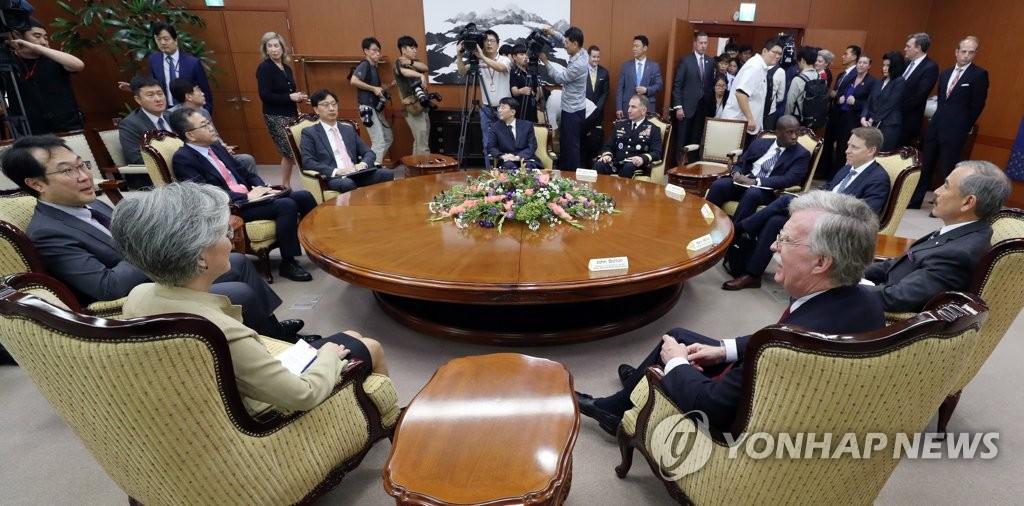 7月24日,在外交部,康京和和博尔顿举行会晤。韩联社