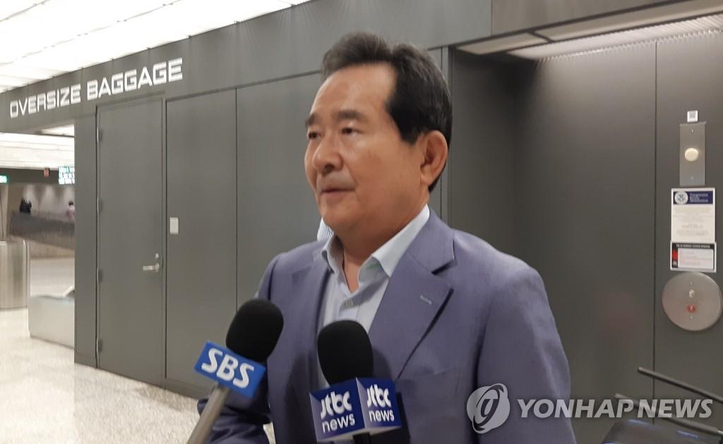 丁世均抵美后在机场接受采访。 韩联社