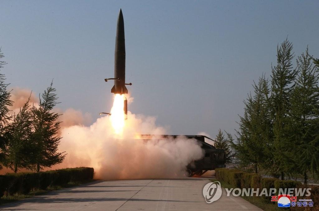 据5月9日朝中社报道,朝鲜前线及西部战线防御部队进行火力打击训练时,近程飞行器从导弹发射车上点火升空。 韩联社/朝中社(图片仅限韩国国内使用,严禁转载复制)