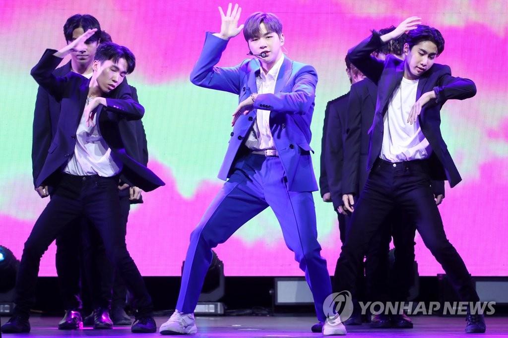 7月25日下午,在首尔市广津区YES24 LIVE HALL,歌手姜丹尼尔在首张个人专辑《color on me》抢听会上演唱主打歌《What are you up to》。 韩联社