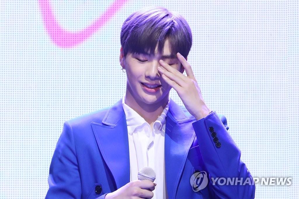 7月25日下午,在首尔市广津区YES24 LIVE HALL,歌手姜丹尼尔在首张个人专辑《color on me》抢听会上答记者问。 韩联社