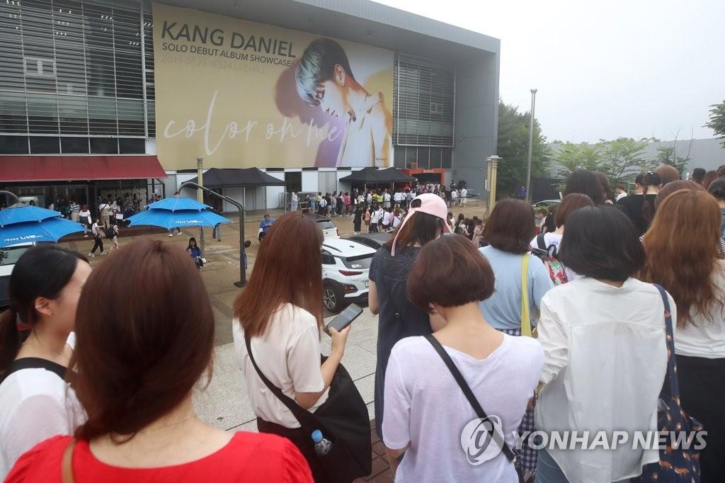 7月25日下午,在首尔市广津区YES24 LIVE HALL,歌迷排队领取歌手姜丹尼尔在首张个人专辑《color on me》抢听会门票。 韩联社