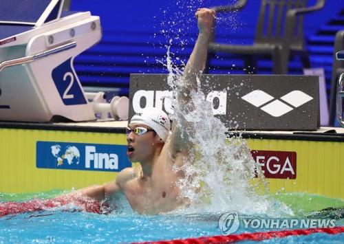 7月26日,在光州市南部大学国际游泳馆,梁在勋(音)在男子50米自由泳预赛中第一个到达终点后欢呼。 韩联社