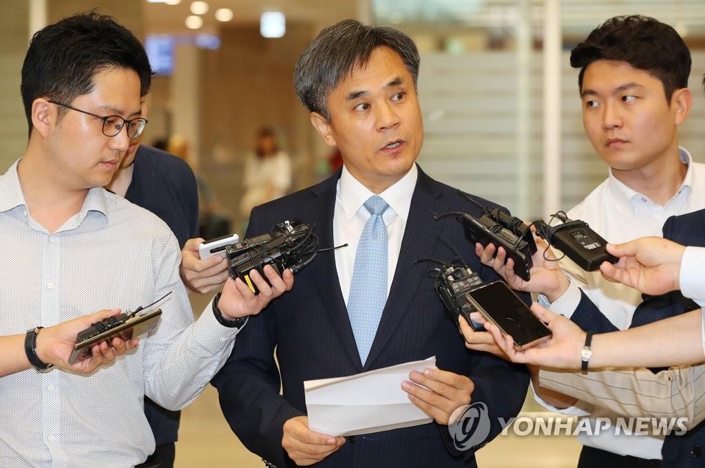 7月26日下午,在仁川机场,金胜镐向媒体说明世贸组织总理事会讨论日本对韩限贸的结果。 韩联社