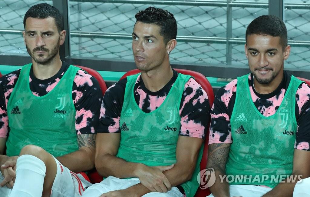 资料图片:7月26日下午,在首尔世界杯体育场,对阵K联赛全明星队的尤文图斯队C罗坐在替补席上。 韩联社