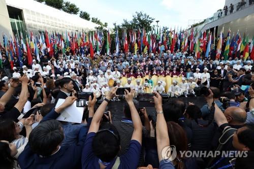 7月28日下午,在光州市国立亚洲文化殿堂,2019光州世游赛闭幕文艺演出引得群众纷纷拿起手机拍摄。 韩联社
