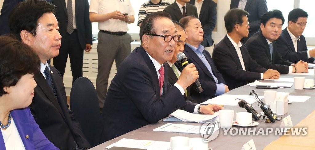 资料图片:7月30日,在国会,徐清源(左三)与专家座谈时发言。 韩联社