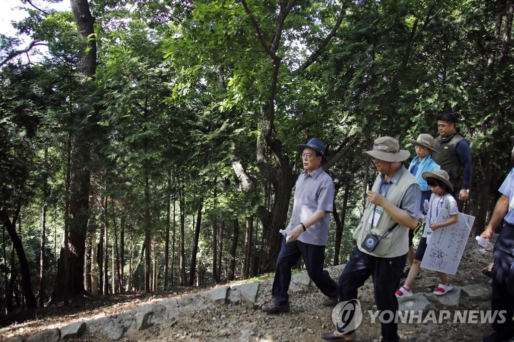 资料图片:7月30日,在楮岛,文在寅与民散步。 韩联社