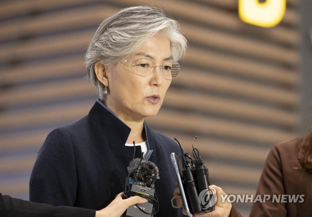 7月31日上午,在仁川机场,康京和出国前答记者问。 韩联社