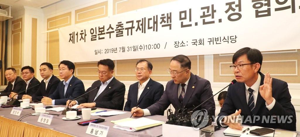 资料图片:7月31日,在国会,青瓦台政策室室长金尚祖(右一)在应对日本限贸措施的民官政协调机制第一次会议上发言。 韩联社