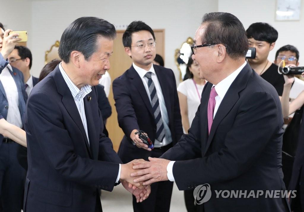 7月31日,在东京,徐清源(右)与山口那津男在会议前握手。 韩联社