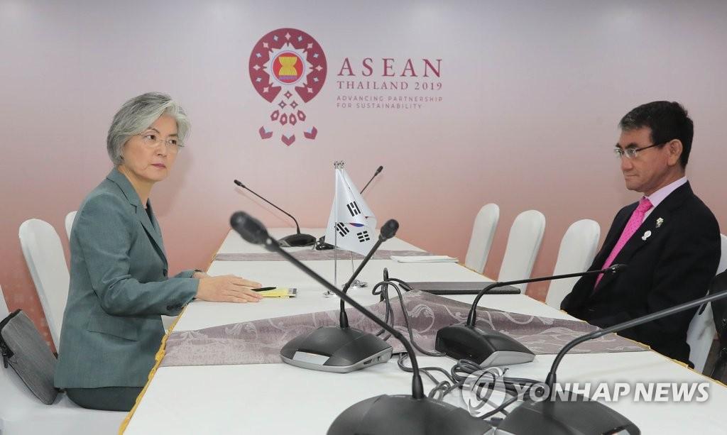 资料图片:韩国外长康京和(左)与日本外相河野太郎 韩联社