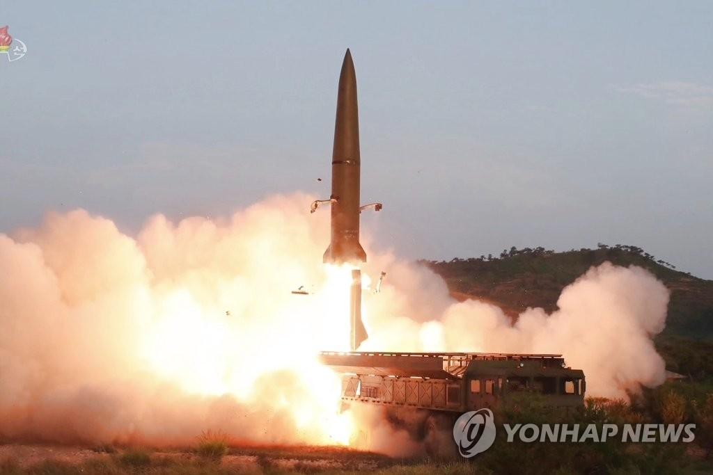 资料图片:这是朝鲜中央电视台7月26日播出的新型战术制导武器(近程弹道导弹)发射现场画面。 韩联社/朝鲜央视(图片仅限韩国国内使用,严禁转载复制)
