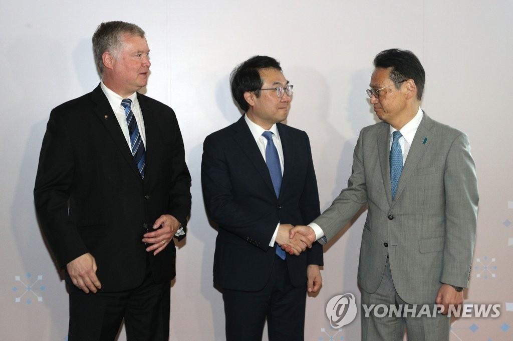 当地时间8月2日,在曼谷,韩美日对朝代表举行会晤。左起依次为比根、李度勋、金杉宪治。 韩联社