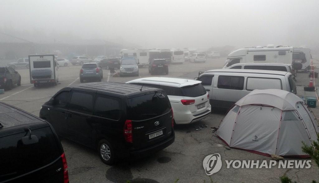 资料图片:大关岭停满了露营车。 韩联社