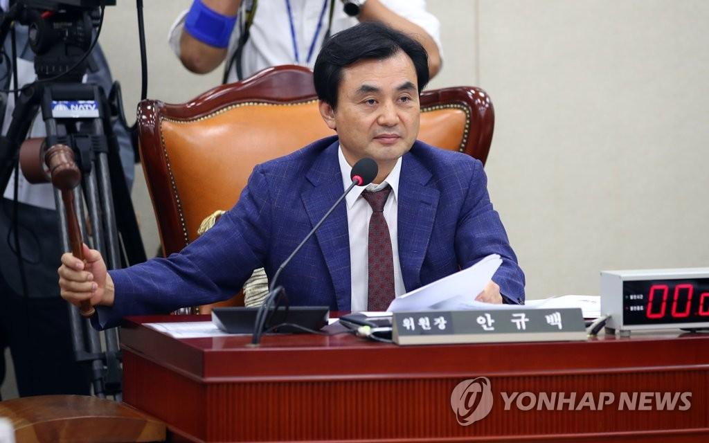 8月5日,在国会,韩国国会国防委员长安圭伯主持召开国防委员会全体会议。 韩联社