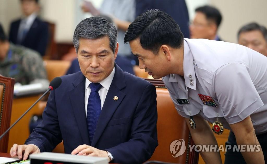 韩国国防部长官郑景斗(右) 韩联社