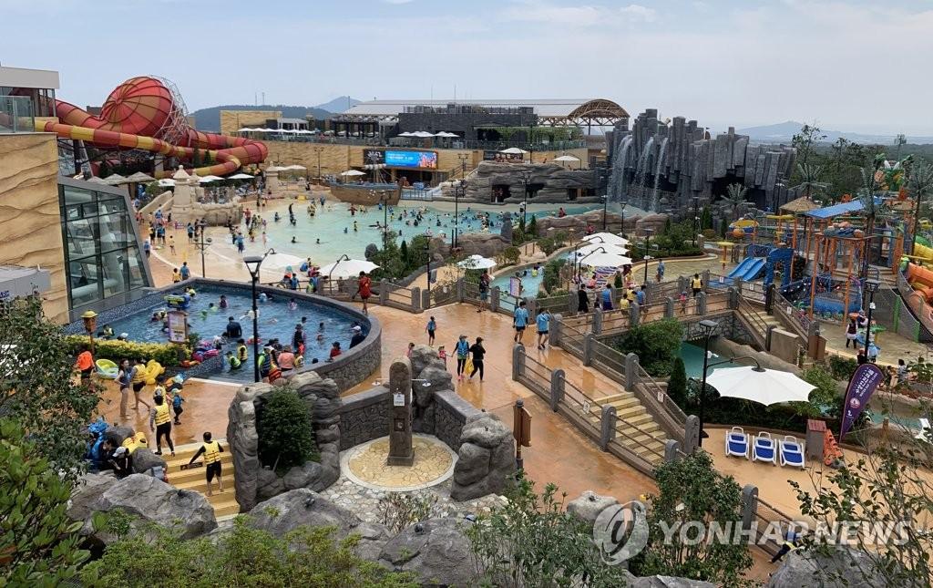资料图片:水上乐园 韩联社