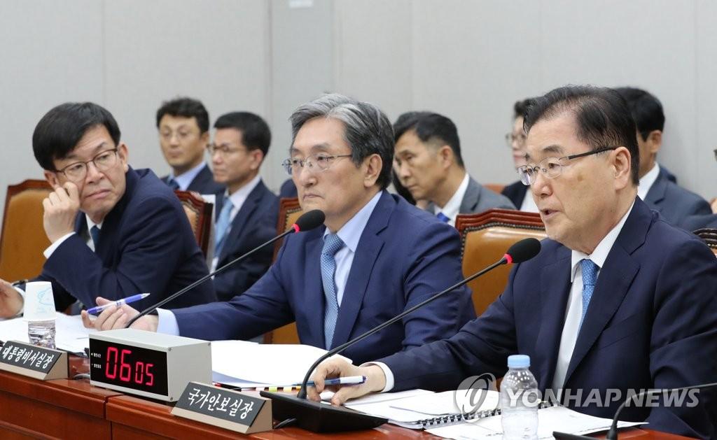 8月6日,郑义溶(右一)在国会运营委员会全体会议上答问。 韩联社