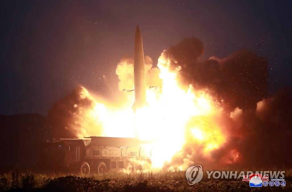 资料图片:这是朝鲜中央电视台8月6日播出的新型战术导弹试射现场画面。 韩联社/朝中社(图片仅限韩国国内使用,严禁转载复制)