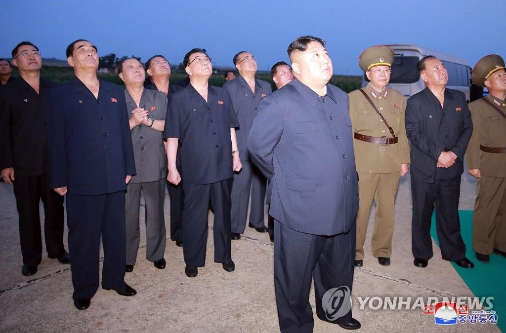 据朝中社8月7日报道,朝鲜国务委员会委员长金正恩(前)6日凌晨参观新型战术导弹的发射活动。 韩联社/朝中社(图片仅限韩国国内使用,严禁转载复制)