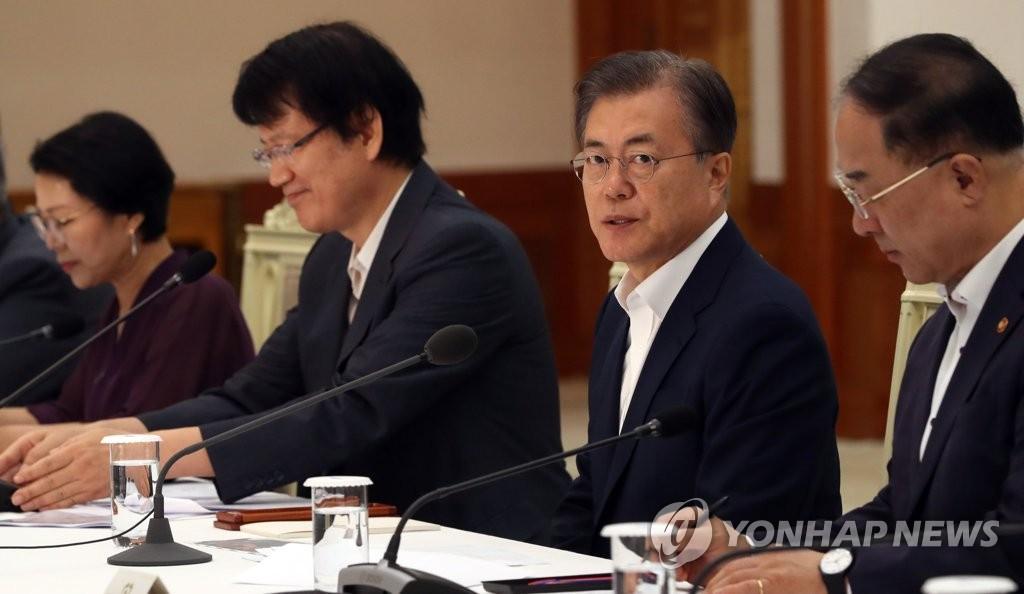 8月8日上午,在青瓦台,文在寅主持召开国民经济顾问会议全体会议。 韩联社