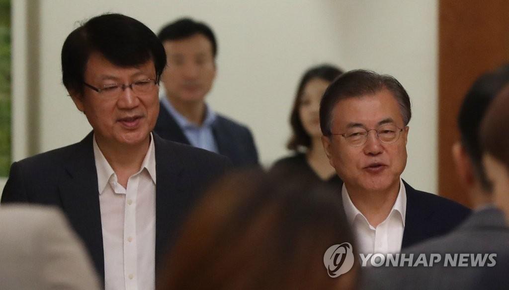 8月8日上午,在青瓦台,文在寅和国民经济顾问会议副议长李济民走向会场。 韩联社